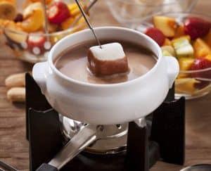 comer fondue de chocolate