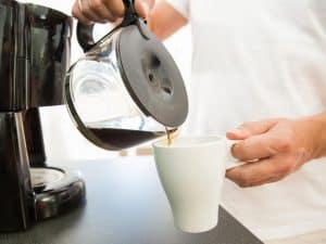 poner café de una cafetera de filtro
