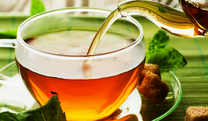servir té de una tetera