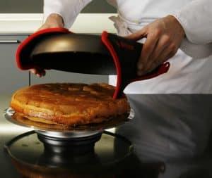 persona usando un molde para tarta