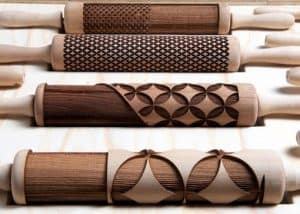 varios rodillos de cocina de madera