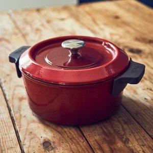 olla de hierro fundido de color rojo