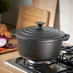 cocinar con una olla de hierro fundido esmaltada