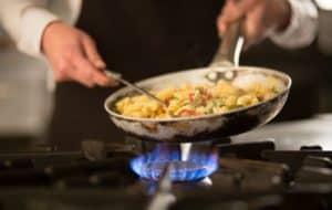 cocinero usando una cocinas de gas