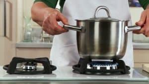 persona usando una cocinas de gas