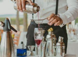 persona preparando bebidas con una coctelera