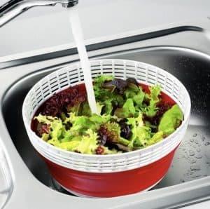 agua en una centrifugadora para ensalada