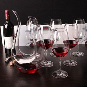 varias copas y un decantador de vino