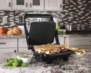 máquina de paninis en la cocina