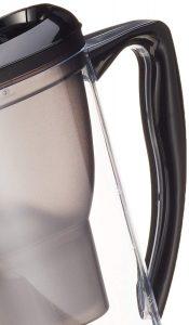 asa de una jarra de agua filtrada
