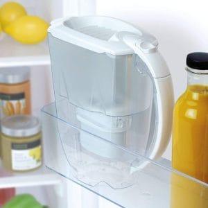 jarra de agua filtrada en la nevera