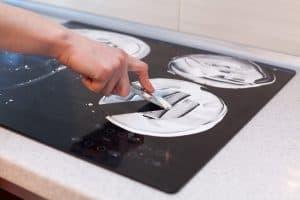 limpiar una placa de inducción