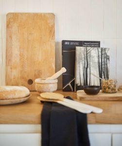 tabla de cortar en la cocina