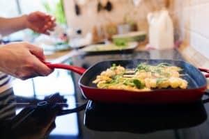 cocinar con una sartén en una placa de inducción