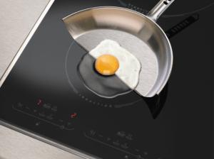 huevo frito en una placa de inducción