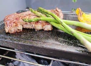 comida en una plancha grill con piedra