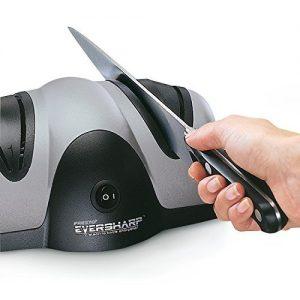 persona usando un afilador de cuchillos eléctrico