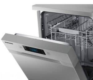 lavavajillas medio abierto