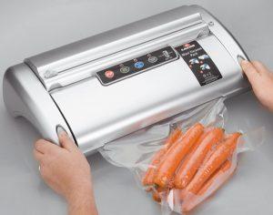 persona envasando al vacío zanahorias
