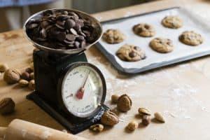 báscula de cocina pesando chocolate