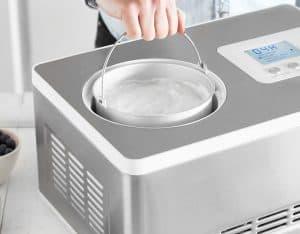 persona usando una máquina de helado