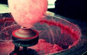 persona usando una máquina de algodón de azúcar