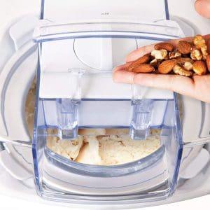 usar una máquina para hacer helado