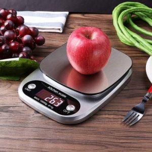 báscula de cocina pesando una manzana