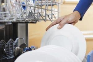 persona usando un lavavajillas
