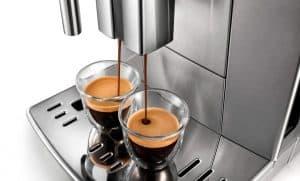 cafetera con molinillo en marcha