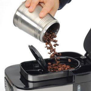poner granos de café en una cafetera con molinillo