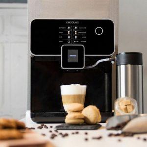 cafetera moderna con accesorios